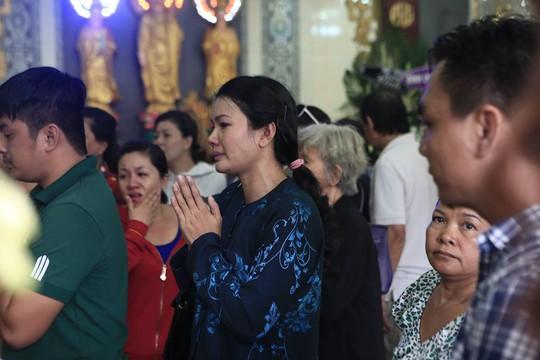 Diễn viên Kiều Trinh đến dự đám tang Duy Nhân