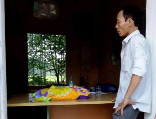 Người thân thẩn thờ bên thi thể cháu Bình ở Trạm y tế xã Xuân Thắng