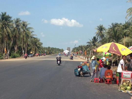 Nhiều quán cóc phục vụ giải khát dưới chân cầu đã tận dụng ngày thông xe để buôn bán