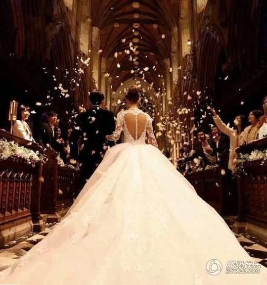 Cô dâu và chú rể bước vào lễ đường