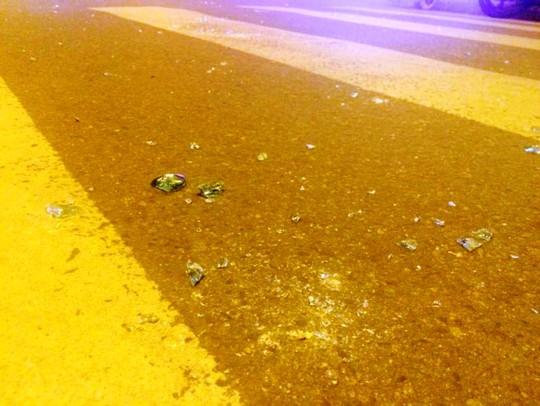 Rất nhiều chai thủy tinh ném nhau giữa đường.