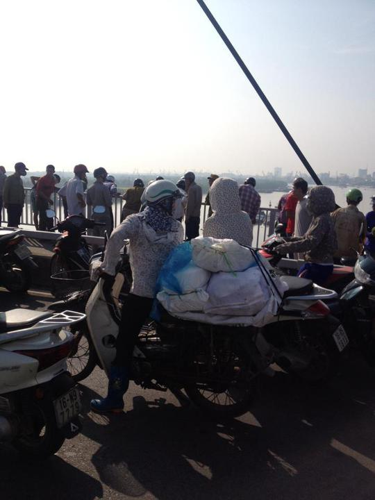 Người dân hiếu kỳ tụ tập trên cầu (ảnh FB)