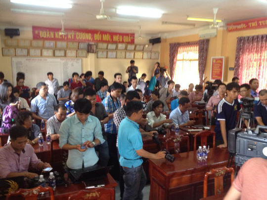 Hàng trăm phóng viên của các báo, đài cả nước đến tham dự buổi họp báo vụ thảm sát, chiều 11-7