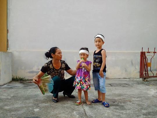 Con trai và con gái của nạn nhân Tuấn Anh bên ngoài khu vực xét xử