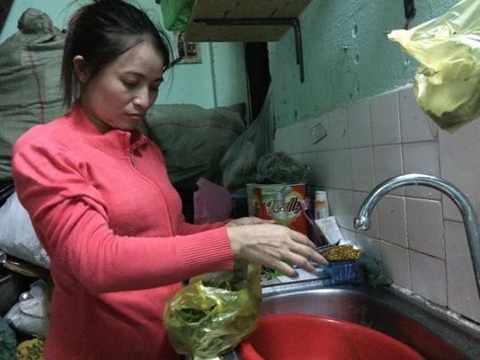 Hạnh phúc lớn nhất của chị Hồng được nấu cơm cho chồng, con. - Ảnh: Lê Phong