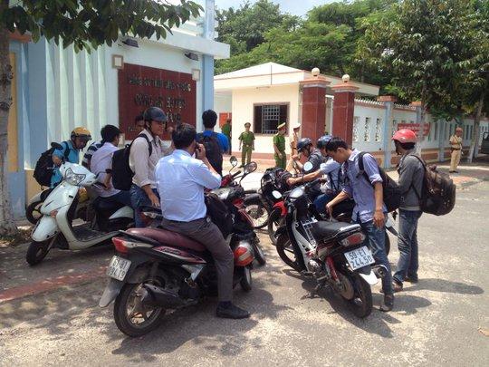 Rất nhiều phóng viên có mặt tập hợp rtước trụ sở Công an huyện Chơn Thành để tham dự buổi họp báo