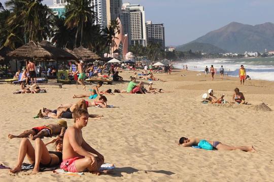 Du khách nước ngoài trên bãi biển Nha Trang. Ảnh: Kỳ Nam