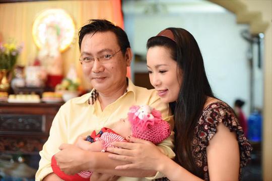 Vợ chồng Trịnh Kim Chi hạnh phúc trong ngày đầy tháng con gái
