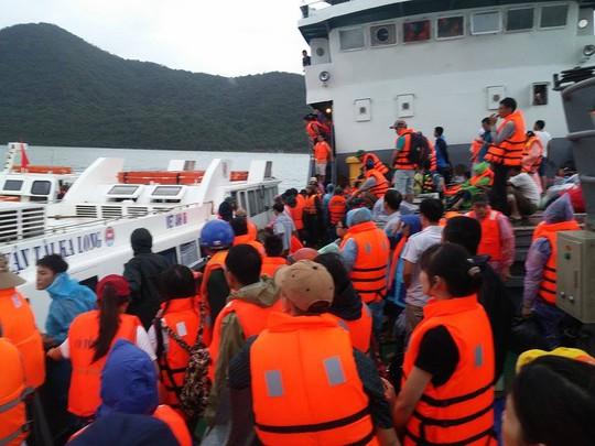 Chờ tàu ở Cô Tô về đất liền (ảnh: Thế Anh)