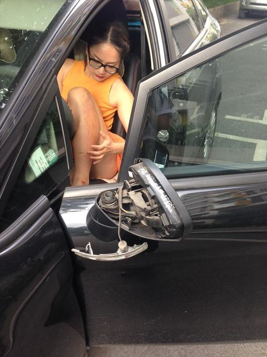 Lan Phương vào xe hơi sau khi đã lau rửa vết thương