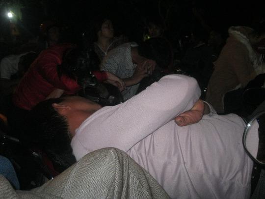 Tại lòng đường, tìm được chỗ trống, nhiều người tranh thủ ngủ đợi thoát cảnh tắc đường