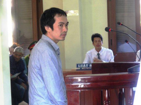 Bị cáo Nguyễn Thân Thảo Thành khẳng định gậy cao su làm vật chứng không phải là gậy cao su trong phòng lấy lời khai Kiều