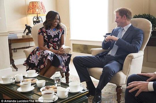 Bà Michelle ngồi uống trà với Hoàng tử Harry. Ảnh: The White House