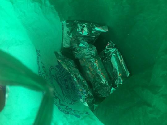 Những bịch chứa ma túy đá thu giữ từ lốp xe dự phòng trong ô tô Honda Accord (Ảnh C.A)