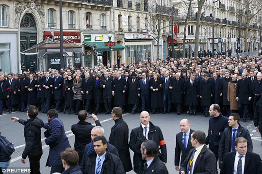 Các nhà lãnh đạo thế giới kết chặt tay nhau trong lễ tuần hành ngày 11-1. Ảnh: Reuters