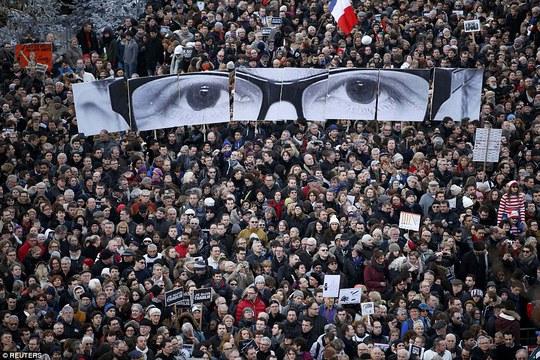Cây bút biếm họa Stephane Charbonnier của báo Charlie Hebdo được tưởng nhớ. Ảnh: Reuters
