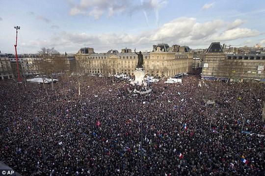 Biển người tham gia tuần hành ở Pháp ngày 11-1. Ảnh: AP