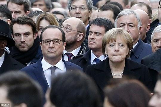 Tổng thống Pháp Francois Hollande và Thủ tướng Đức Angela Merkel. Ảnh: AP