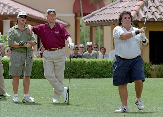 Cựu Tổng thống Bill Clinton (giữa) chơi golf với hai em rể Tony và Hugh Rodham tại TP Coral Gables, bang Florida – Mỹ năm 1996. Ảnh: AP