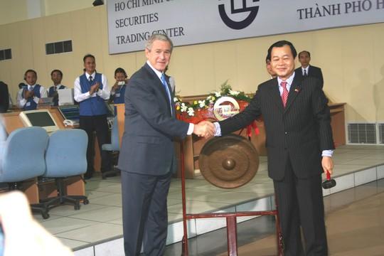 Năm 2006, Tổng thống Mỹ George W. Bush lần đầu tiên đến Việt Nam đã đến  tham quan Sở Giao dịch chứng khoán TP HCM Ảnh: NGỌC SƠN