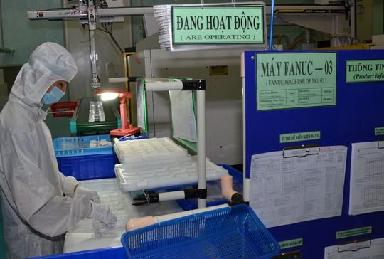 Sản xuất chi tiết nhựa xuất khẩu để lắp ráp linh kiện ô tô tại Công ty TNHH Sản xuất - Thương mại TBM Minh Phát (TP HCM) Ảnh: TẤN THẠNH
