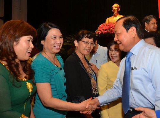 Bí thư Thành ủy TP HCM Lê Thanh Hải trò chuyện với đại diện các doanh nghiệp tiêu biểu trên địa bàn Ảnh: TẤN THẠNH
