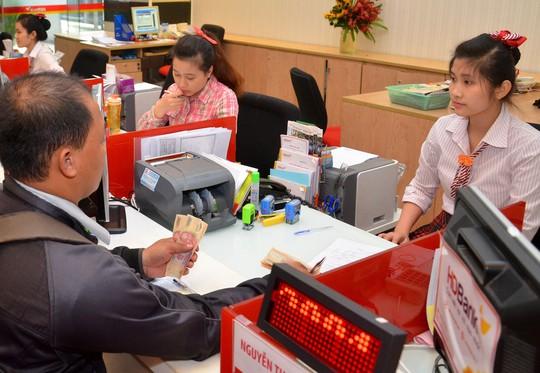 Khách hàng giao dịch tại Ngân hàng TMCP Phát triển TP HCM (HDBank) Ảnh: TẤN THẠNH