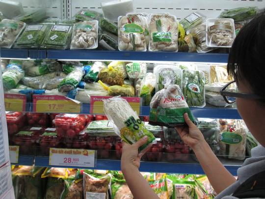 Nấm Hàn Quốc được trưng bày bắt mắt trên kệ tại các siêu thị ở TP HCM Ảnh: VƯƠNG NGỌC