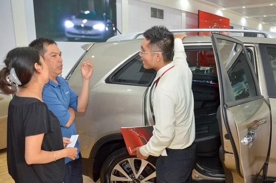 Khách hàng tìm hiểu để mua ô tô tại TP HCM Ảnh: TẤN THẠNH
