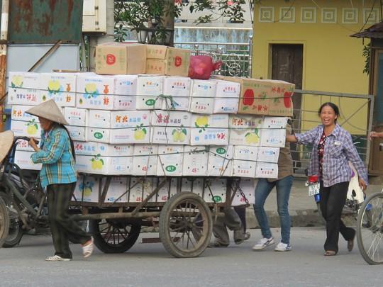 Cư dân biên giới vận chuyển hàng qua cửa khẩu Tân Thanh, tỉnh Lạng Sơn Ảnh: VĂN DUẨN