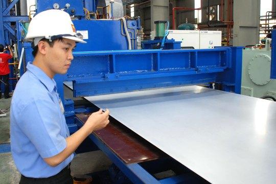 Dây chuyền sản xuất tôn của một doanh nghiệp ở tỉnh Bình Dương Ảnh: TẤN THẠNH