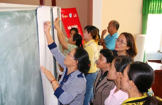 Đại diện Home Credit hướng dẫn chị em trong một trò chơi về tài chính gia đình  tại hội thảo tư vấn tài chính gia đình tổ chức ở tỉnh Đồng Tháp ngày 23-5