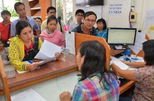 Nộp thuế điện tử nhằm tiết kiệm thời gian cho doanh nghiệp. Trong ảnh: Doanh nghiệp đến làm thủ tục thuế tại Cục Thuế TP HCM  Ảnh: TẤN THẠNH