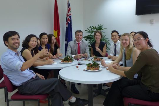 Đại sứ Hugh Borrowman (giữa) và các nhân viên Đại sứ quán Úc tại Việt Nam đang nếm thử quả vải tươi. (Ảnh do Đại sứ quán Úc tại Việt Nam cung cấp)