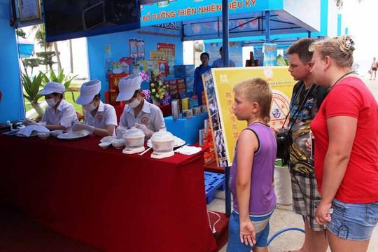 Du khách nước ngoài đến với Festival Biển Nha Trang- Khánh Hòa
