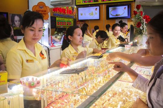 Khách mua vàng tại tiệm vàng Mi Hồng, quận Bình Thạnh, TP HCM Ảnh: HOÀNG TRIỀU