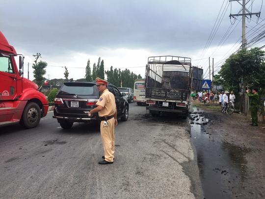 CSGT điều tiết vì đoạn đường hẹp mà xe cháy kèm theo nhiều tiếng nổ nên các xe không dám lưu thông