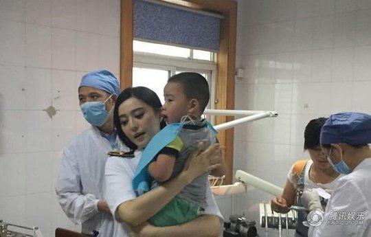 Cô đưa bé trai bị thương ở miệng vào bệnh viện