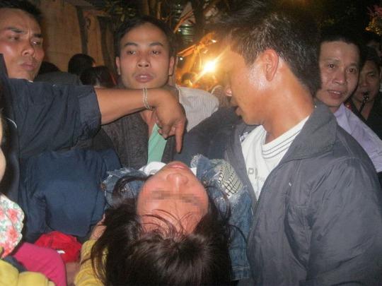 Người phụ nữ này bị ngất trong đám đông chen lấn