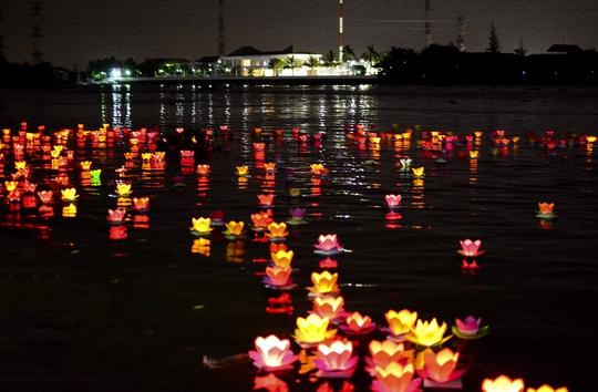 Cả một đoạn sông Sài Gòn ngập tràn sắc màu lung linh. Ảnh: Thăng Bình.