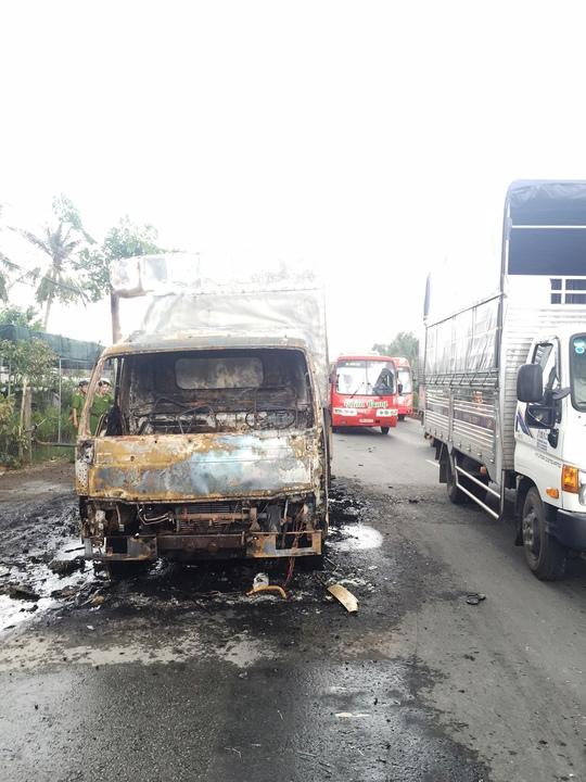 Chiếc xe gần như cháy rụi sau khi phát nổ