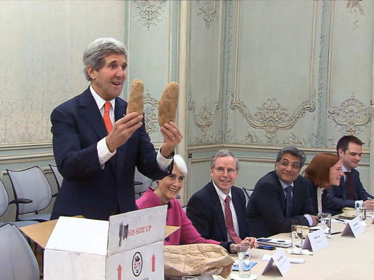 2 củ khoai tây khủng của Idaho mà Ngoại trưởng Mỹ Kerry tặng ông Lavrov đầu năm 2014. Ảnh: ABC News