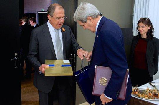 Chiếc cặp da mà ông Kerry tặng ông Lavrov hôm 12-5. Ảnh: Twitter