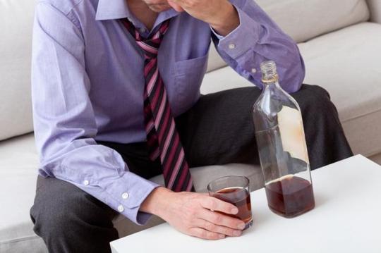 Uống nhiều rượu khiến nguy cơ đột quỵ tăng 34%. Ảnh: MNT