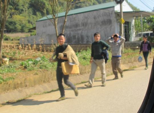 Hàng ngày có hàng trăm cửu vạn tập trung về khu vực Ma mèo, nơi có đường mòn 474 ở xã Tân Mỹ, huyện Văn Lãng để tìm cơ hội vượt biên trái phép sang Trung Quốc gùi hàng lậu
