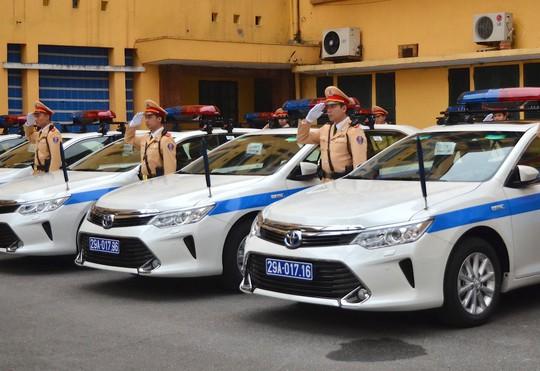 CSGT thực hiện nghi lễ nhận bàn giao xe