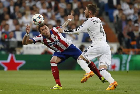 Ramos (4) đã chơi quá tốt ở vị trí đánh chặn và khiêu khích khiến Turan bị thẻ đỏ giữa hiệp 2 Ảnh: REUTERS