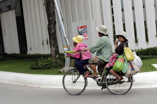 Để cho con gái nhỏ, bé Khưu Thị Huỳnh Giao được đi học trường tình thương Ánh Sáng (quận 3, TP HCM) hằng ngày bà Nguyễn Thị Mai phải đạp xe từ đường Nguyễn Thị Định sang đường Tú Xương, quận 3. Từ 5 giờ sáng, bà Mai đã dậy sớm khăn gói đưa con đến trường
