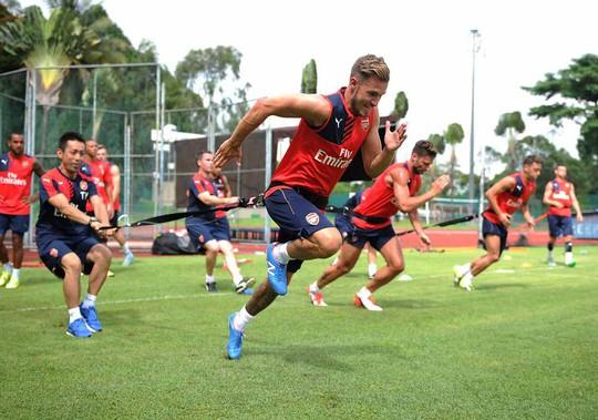 Giroud cùng các cầu thủ Arsenal trong buổi tập tại Singapore Ảnh: Arsenal FC