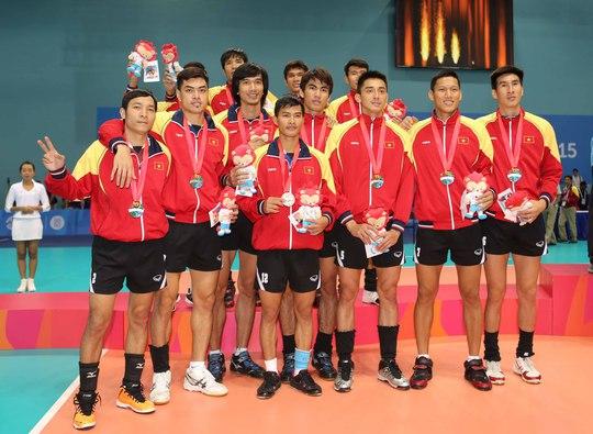Đội nam bóng chuyền Việt Nam nhận HCB  Ảnh: Quang Liêm